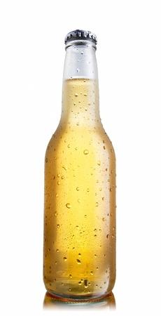 botellas de cerveza: Botella de cerveza blanca no brillante, nuevamente iluminado mostrando una cerveza oro brillante contenida, gotas y condensaci�n, rodaje de �ngulo inferior Foto de archivo
