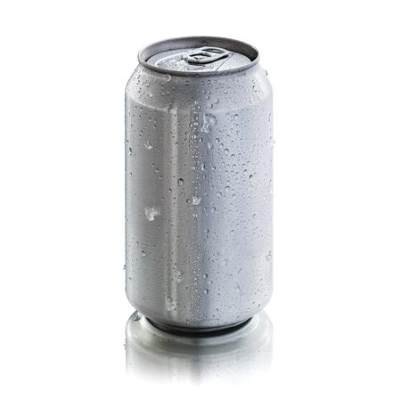 condensacion: lata de aluminio sin etiquetas o marcas, que muestra gotas de condensación y trozos de hielo que muestran frescura al ojo. Listo para ser usado en maquetas de productos. Foto de archivo