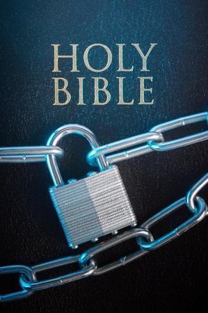 bible ouverte: Bible ferm� par une serrure de cha�ne sur un gros plan