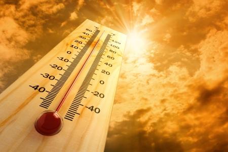 estado del tiempo: termómetro en el cielo, el calor Foto de archivo