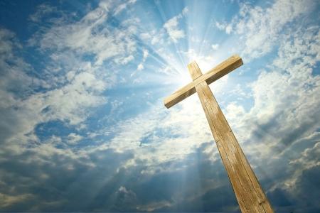 cruz religiosa: Cruz contra el cielo Foto de archivo