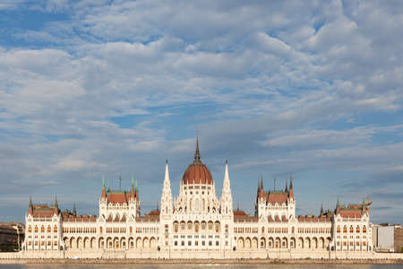 Budapest, Hungary - 7 May 2017: Hungarian Parliament symmetry on a sunny day 新聞圖片