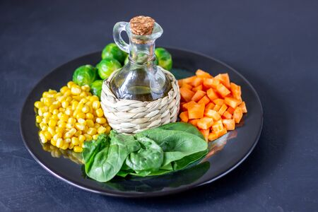 Plate with cabbage, carrots, corn and spinach. Healthy eating. Foto de archivo