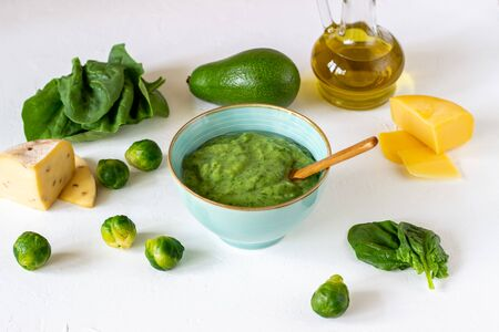 Cream soup with avocado, spinach and cheese. Healthy eating. White background. Banque d'images