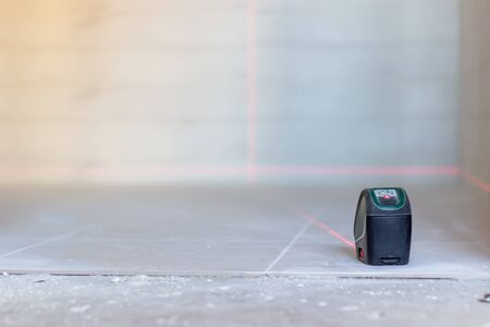 Laser level. Laying tiles. Construction of houses and apartments Stockfoto