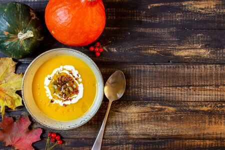 Pumpkin soup on a wooden background. Healthy eating. Diet. Vegetarian food. Autumn. Recipes. Stockfoto - 131325882