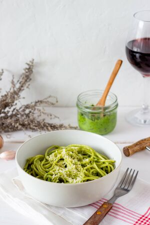 Pasta spaghetti with pesto sauce on a wooden background. National kitchen. Healthy eating. Vegetarian food. Recipe Banque d'images
