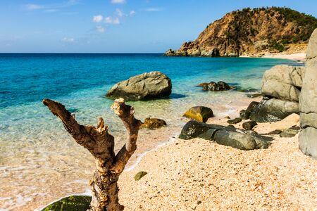 Foto de viaje de la isla de St. Barth, Caribe. La famosa Shell Beach, en el Caribe de St. Barth (St. Bart).
