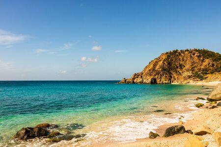 Foto de viaje de la isla de St. Barth, Caribe. La famosa Shell Beach, en el Caribe de St. Barth (St. Bart). Foto de archivo