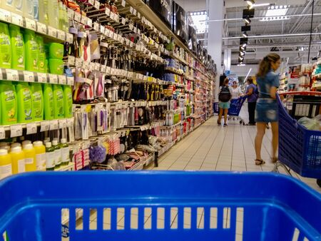 Shopping cart view in a supermarket store in Bucharest, Romania, 2019 Zdjęcie Seryjne