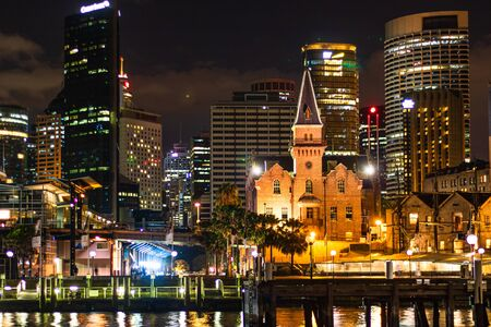 Downtown bei Nacht an der Uferpromenade im Hafen von Sydney. Sydney, Australien, 2019. Editorial