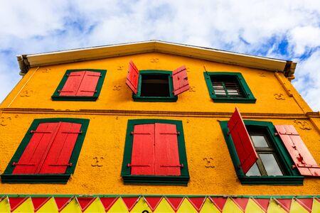 Un colorido edificio en el centro de Fort de France, Martinica. Casa colorida, ventanas con contraventanas de madera. Foto de archivo