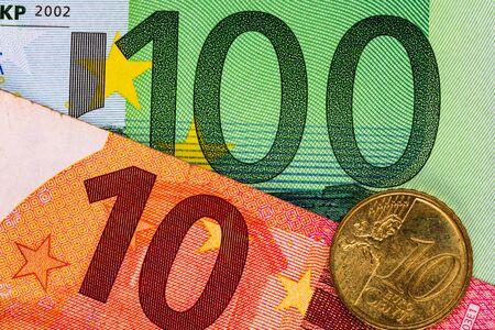 Detail des Euro-Geldes auf dem Tisch. Makroaufnahme, Nahaufnahme Foto des Euro. Geschäftskonzept. Standard-Bild
