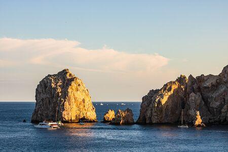 Turisti che visitano The Arch at Land's End in barca, Cabo San Lucas, Baja California, Messico, 2020