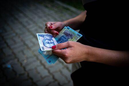 Mujer contando dinero, contando LEI cerrar Foto de archivo
