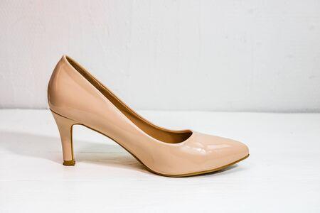 Chaussures à talons hauts beiges isolés sur fond blanc avec espace de copie.