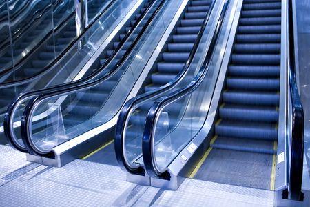 escalator futuriste dans office moderne
