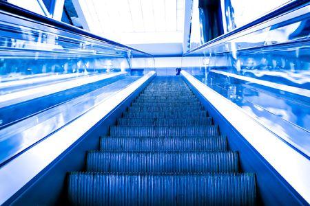 Moving Rolltreppe in der U-Bahn-Station Standard-Bild - 5589732