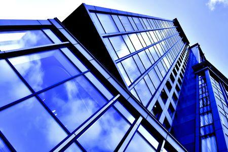角度のついた: windows での反射と斜めビジネス超高層ビル