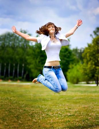 Glückliche springen Mädchen  Standard-Bild - 6959421