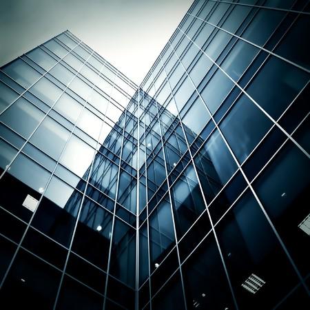 rascacielos de cristal en la noche