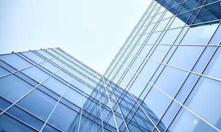 edificio corporativo: rascacielos de cristal en la noche