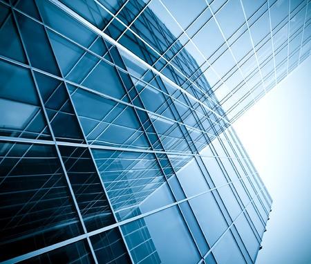 edificios: siluetas de vidrio moderna de rascacielos en la noche  Foto de archivo