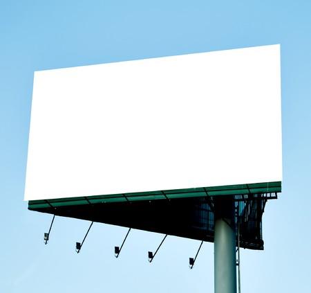 iluminados: Billboard en blanco sobre el cielo azul