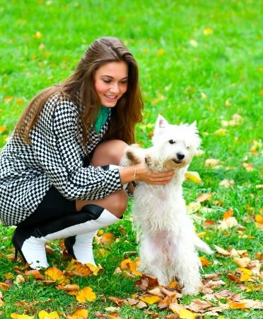 Junge Mädchen spielen mit Ihrem Hund