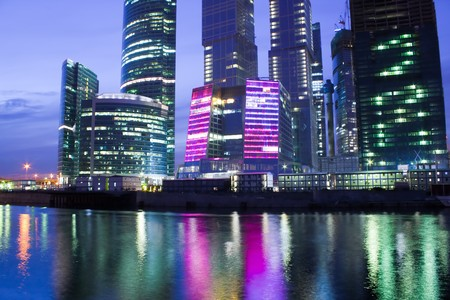 rascacielos de cristal iluminada por la noche  Foto de archivo