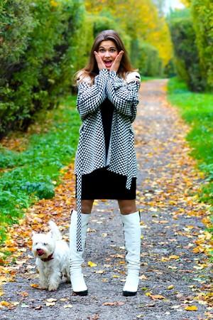 asombro: chica de asombro con su perro
