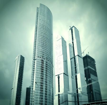 Glas-Wolkenkratzer in Sturm