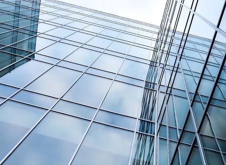 Glasoberfläche von zeitgenössischen Winkel von Geschäftsgebäude Standard-Bild