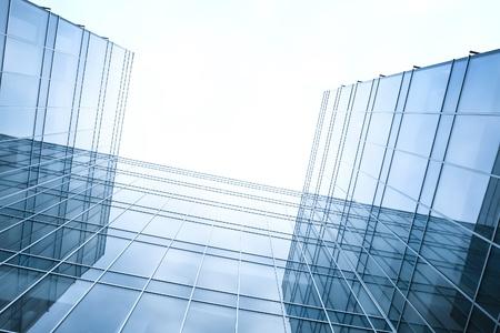 Disappearing Leuchtkraft Glas Bürogebäude am Morgen, Weitwinkel-Ansicht Standard-Bild