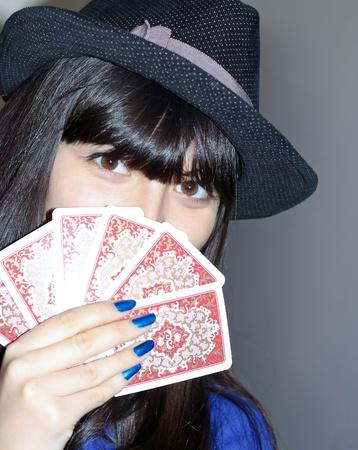 pensiveness: donna abbastanza carina in pensosit� con Lotto carta