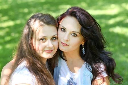 jeune fille adolescente: belle m�re et sa fille profiter en �t� parc de verdure Banque d'images