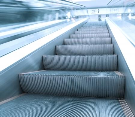 Business Pass mit Rolltreppe in Halle Geschäft Standard-Bild