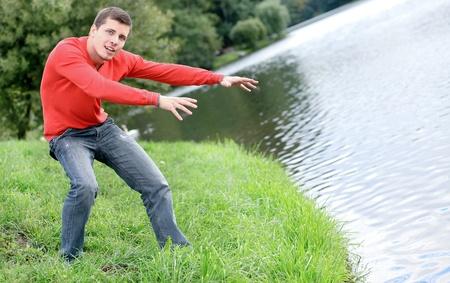 fantasia uomo attivo giovane, godendo della natura