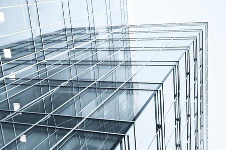 transparente Glaswand mit leeren Plakat von Wolkenkratzer