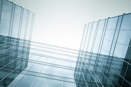 Verschwinden Leuchtkraft Glas Bürogebäude in der Früh, Weitwinkel