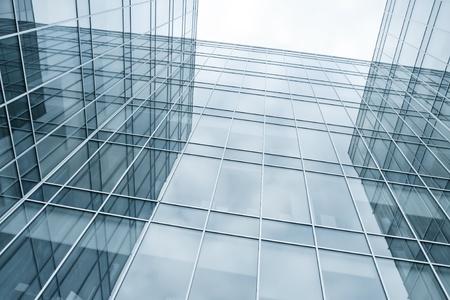moderne blaue Glaswand von Wolkenkratzern Standard-Bild