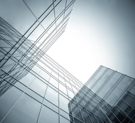 locales comerciales: vista gran angular a oscuras rascacielos de gran altura en la noche