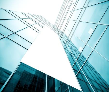 edificio cristal: cartelera en blanco sobre la textura vidriosa edificio