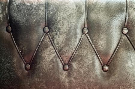 Luxus und grungy Hintergrund der klassischen schäbige braune Textur in alte Tür mit Metall-Buttons