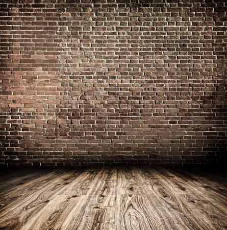 Leere schwarze alt geräumiges Zimmer mit Stein grungy Wand und Holz verwittert schmutzigen Boden, Jahrgang Hintergrund Textur brickwall Standard-Bild - 19639148