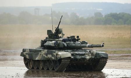 war tank: Zhukovski, regi�n de Mosc�, Rusia, 03 de julio: Aerodrom en Zhukovsky, IV Sal�n Internacional de las armas y equipo militar, 2010,03 de julio. El tanque principal ruso T-90