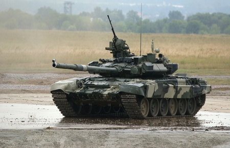 tanque de guerra: Aerodrom en Zhukovski, región de Moscú, Rusia, 3 de julio de 2010: IV Salón Internacional de las armas y equipo militar. La ingeniería moderna y la maquinaria militar de las Fuerzas Armadas de Rusia. T-90 es un tanque ruso de batalla principal (MBT)