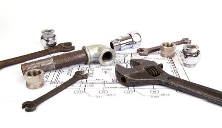 ca�er�as: Piezas de plomer�a y herramientas para el dibujo, primer plano Foto de archivo