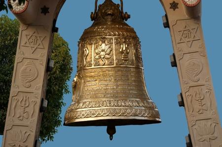 bell bronze bell: India, Delhi, la gran campana de cobre en el complejo religioso del templo Induistsky