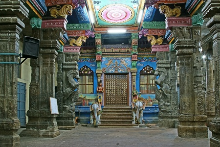 Inside of Meenakshi hindu temple in Madurai, Tamil Nadu, South India.  It is a twin temple, one of which is dedicated to Meenakshi, and the other to Lord Sundareswarar Stock Photo - 11327809
